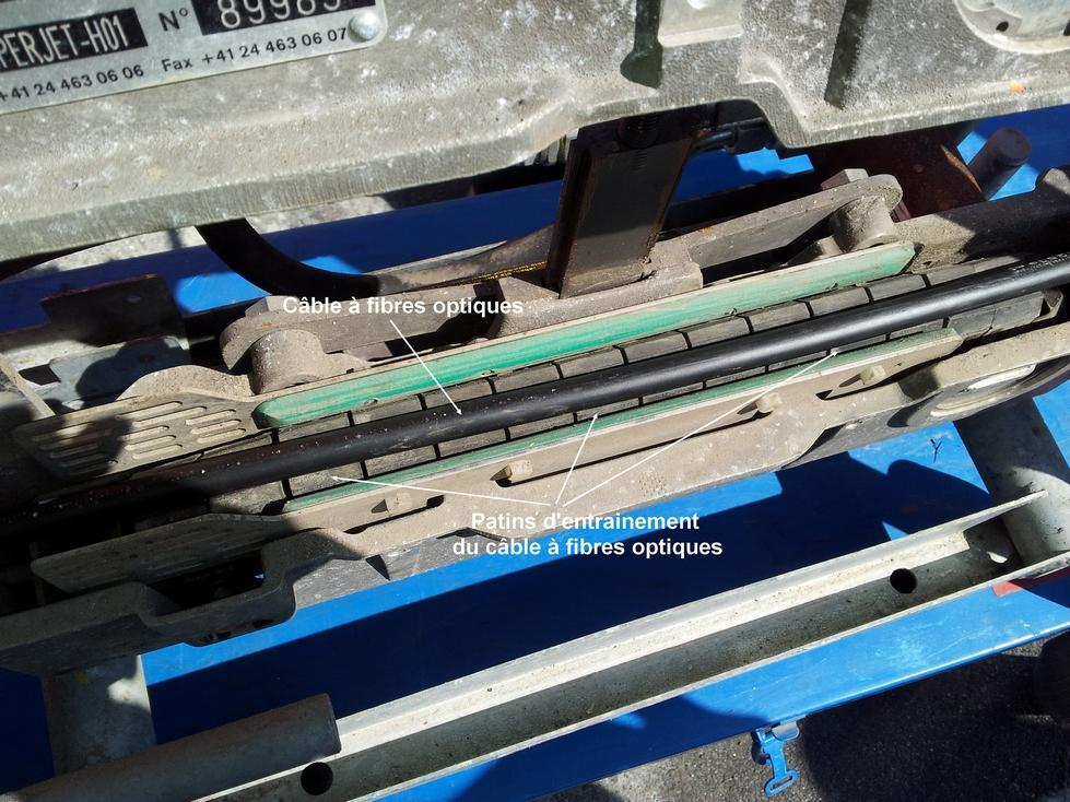Portage l 39 air d 39 un c ble de 288 fibres optiques sur une - Chambre de tirage fibre optique ...